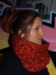 snood rouge imprimé motif barroque